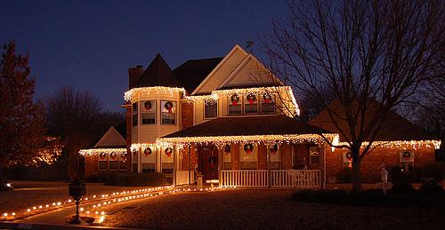 Tips For Hanging Christmas Lights Outside New England