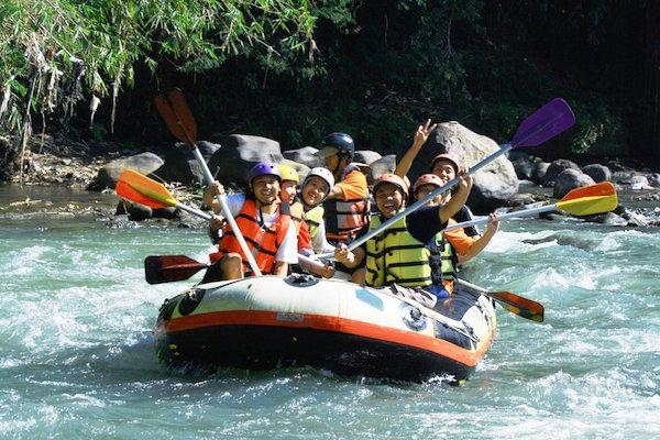 Arung Jeram di Sungai Elo