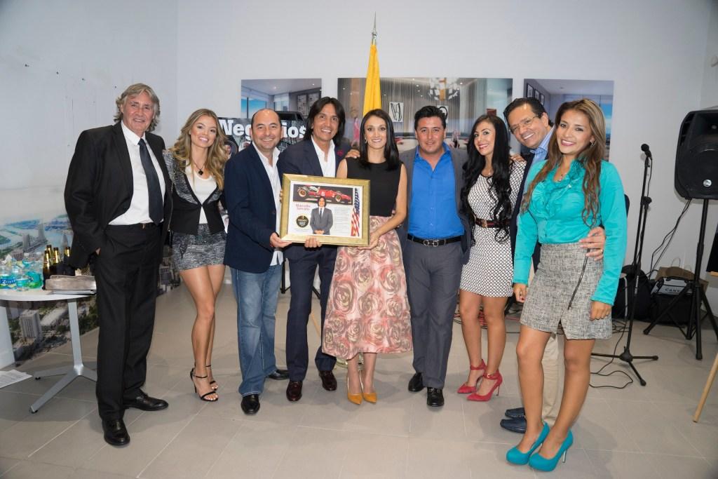 """Karen Blanco y el empresario Marcello Serrato junto a su equipo quien recibió el premio de """"Colombiano ejemplo de tenacidad 2015""""."""
