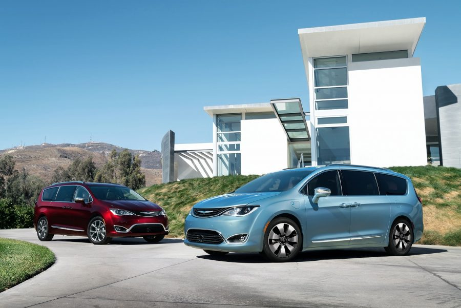 2017_Chrysler_Pacifica(left)_and_Chrysler_Pacifica_Hybrid_(right)
