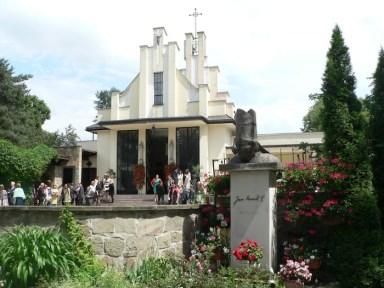 A modernista Szent Kristóf templom, előtérben II. János Pál szobra