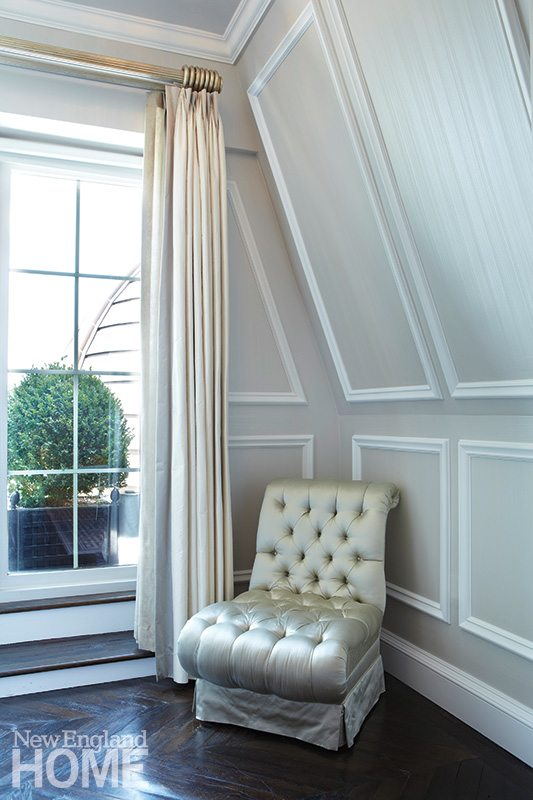The silvery strie finish on the walls changes by day and night, thanks to light-refracting mica powders suspended in the glaze.