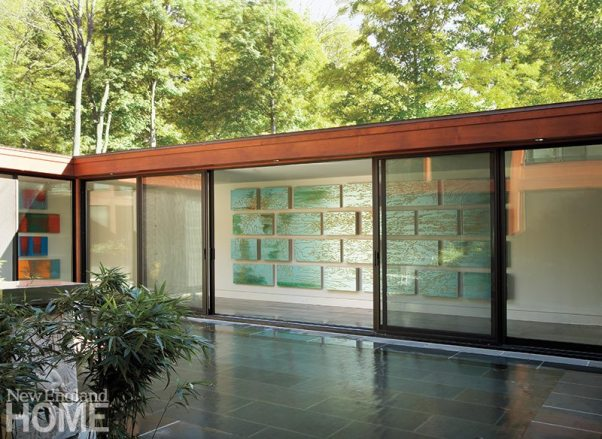 The inner courtyard with a reflecting pool and an adjacent gallery displaying paintings by Pedro Calapez is situated in the opposite wing.