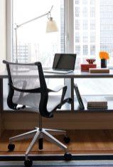 A desk builtinto the bedroom window affordsstudy space.
