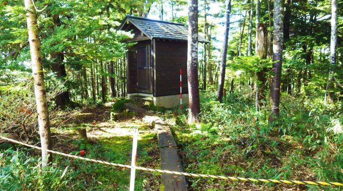 田代山避難小屋の旧トイレ?