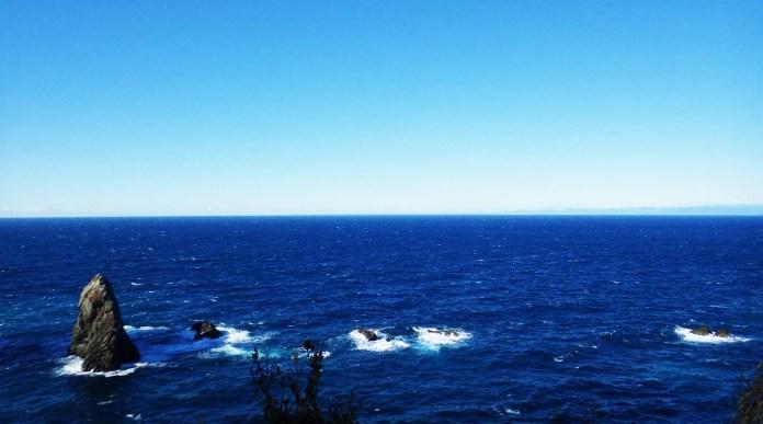 千貫門周辺の岩礁と御前崎(奥)