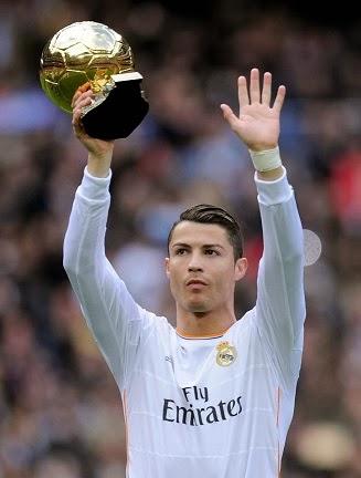 Cristiano Ronaldo con el Balón de Oro en el santiago bernabeu enero de 2014