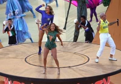Claudia Leitte, Pitbull y Jennifer López cantaron el tema oficial We Are One (Olé, olá) .