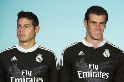 james rodriguez y bale con la camiseta negra champions league real madrid