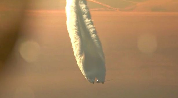 the incredible footage shows a chemtrail plane malfunctioning