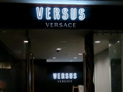 verusu неонова реклама