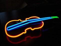 цигулка с неон