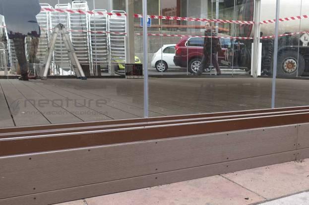 Tarima madera exterior sintetica en terraza restaurante