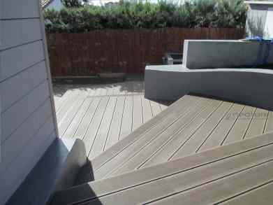 tarima exterior madera en zona de escaleras acceso a chalet