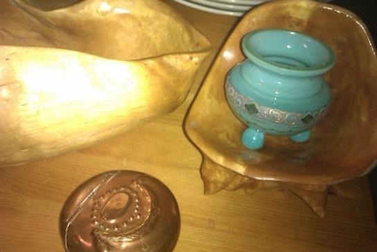 skålar av träknotor och en liten glaskruka