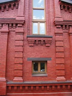 Фрагмент фасада, Двухэтажный, кирпичный дом в традиционном стиле . Художник Алиса Зражевская