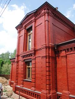Двухэтажный дом, Двухэтажный, кирпичный дом в традиционном стиле . Художник Алиса Зражевская