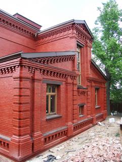 Задний фасад дома, Двухэтажный, кирпичный дом в традиционном стиле . Художник Алиса Зражевская
