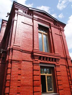 Фасад с балконом, Двухэтажный, кирпичный дом в традиционном стиле . Художник Алиса Зражевская