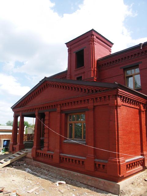 Фотография дома. Двухэтажный, кирпичный дом в традиционном стиле . Художник Алиса Зражевская