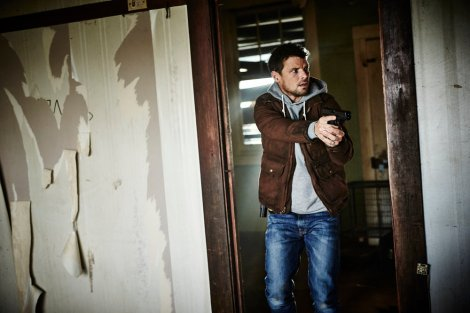 """HUNTERS -- """"The Beginning & The End"""" Episode 101 -- Pictured: Nathan Phillips as Flynn Carroll -- (Photo by: Ben King/Syfy)"""