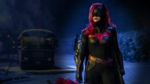 """Batwoman: """"We're all mad here"""", Red Alice mette in guardia Kate Kane nel nuovo promo"""