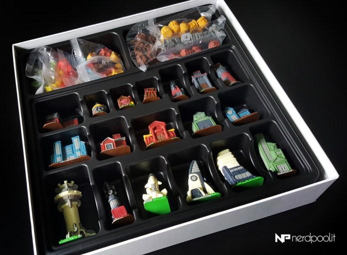 L'inserto con coperchio contenente tutte le miniature e i segnalini del gioco