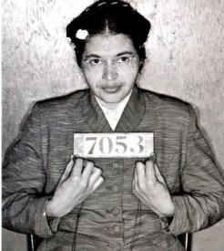 Rosa Parks fue arrestada por no ceder su asiento a un hombre blanco.