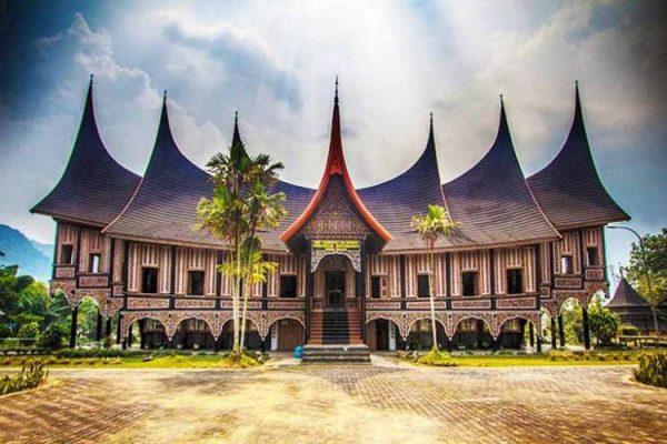Rumah adat Minangkabau dengan ciri khasnya