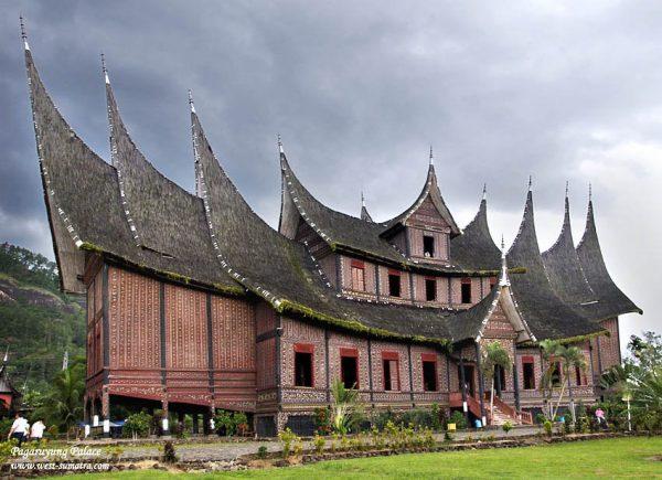 Rumah adat Minangkabau yang sangat menonjol