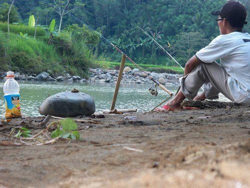 ilustrasi tentang memancing di sungai