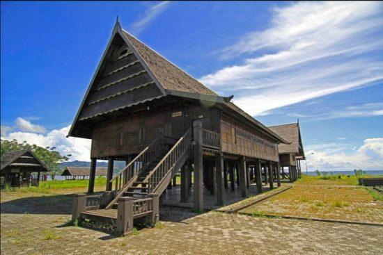 Rumah Adat Sulawesi Barat (Banoa Sibatang)