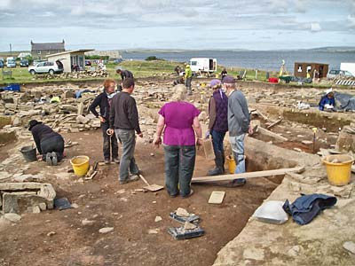 Dave discusses, with his team, the next move in the central midden Area.