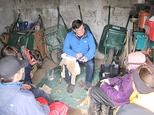 Hugo enthrals the young diggers with his flint-knapping skills.