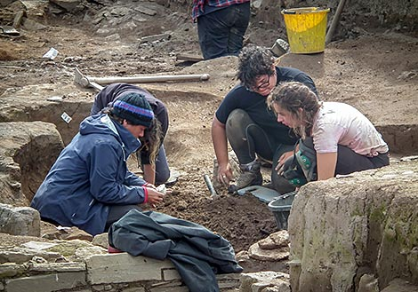 Cristina and students in Trench T...