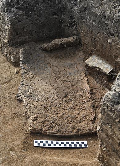 The pot sherd in situ. (Ole Thoenies)