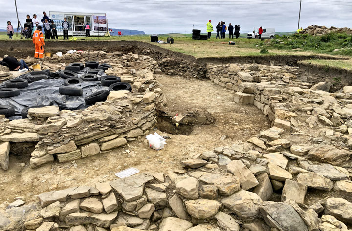 Structure Five and the 'Great Wall of Brodgar' in Trench J - minus the baulk. Well, almost. (Sigurd Towrie)