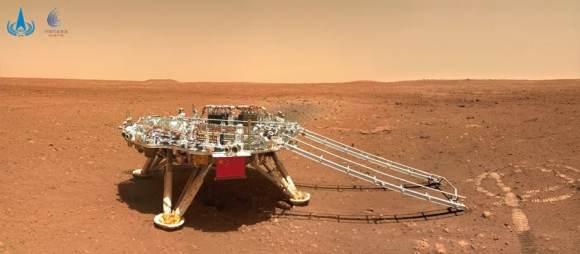 El módulo de aterrizaje que llevó a Zhurong a la superficie de Marte.  Es posible ver las marcas de las ruedas del rover frente a la rampa.  Imagen: CNSA