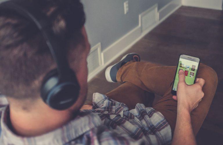 El hombre escucha un podcast (Imagen: Unsplash / neonbrand)