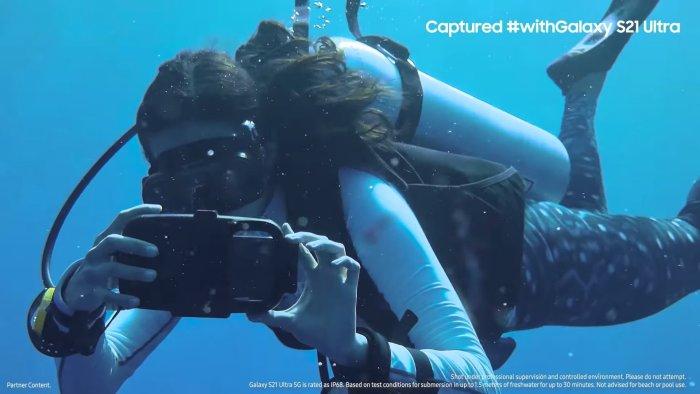 Un video grabado con el Galaxy S21 bajo el agua