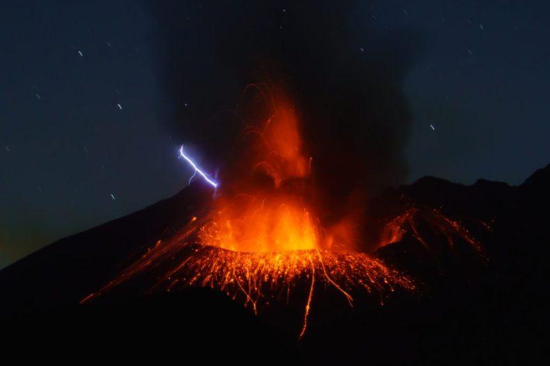 La imagen muestra el volcán Sakurajima en Japón.  La erupción explosiva desencadenada por él revela descargas eléctricas útiles para el estudio científico
