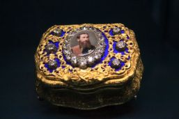 Golden snuffbox with diamond and miniature portrait of King Leopold II.