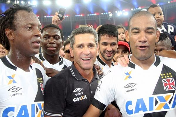 Jorginho comemora com atletas o Bicampeonato Carioca no gramado do Maracanã