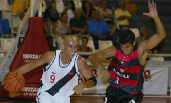 Em novembro de 2003, um dos muitos jogos da rivalidade entre Vasco e Flamengo no basquete, que renasce em 2016
