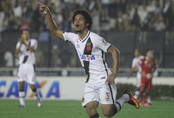 Douglas comemora gol contra o Vila Nova
