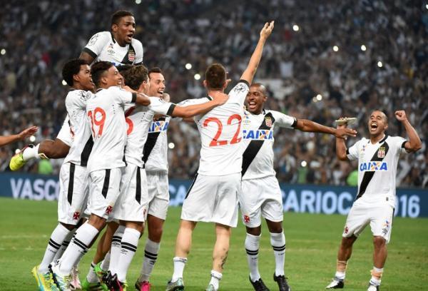 Jogadores comemoram título carioca de 2016 no Maracanã