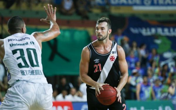 No reencontro com seu ex-time, pivô Murilo Becker anotou apenas dois pontos