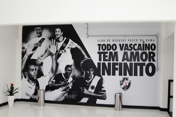 Painel na parede do Caprres/Base presta homenagem para jogadores revelados no clube