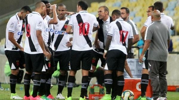 Técnico Milton Mendes conversa com os jogadores do Vasco na semifinal do Carioca
