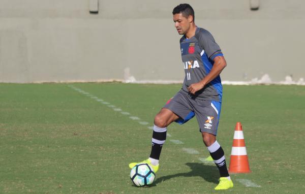 Eder Luis durante treino no campo anexo de São Januário